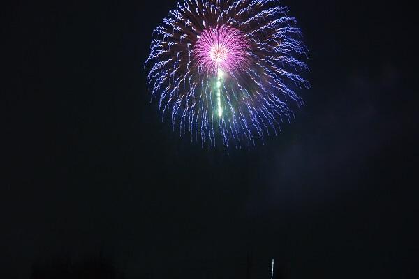 空高く花開く打ち上げ花火の様子 箕郷ふれあい夏祭り花火大会 高崎市