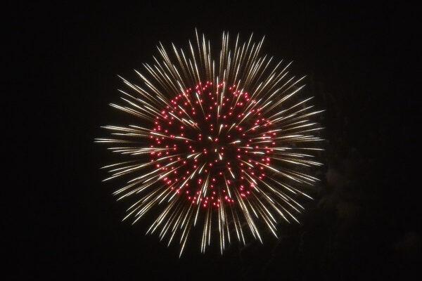 牡丹の花を模した打ち上げ花火の様子 箕郷ふれあい夏祭り花火大会 高崎市