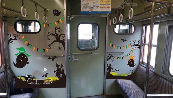 ハロウィン仕様にラッピングされた車内 かぼちゃ電車 115系 ハロウィン