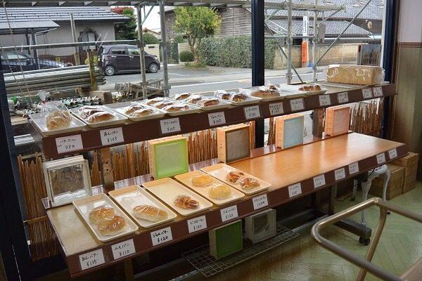 パンが並ぶ陳列棚 アイスまんじゅう 桐生市 シロフジ製パン所
