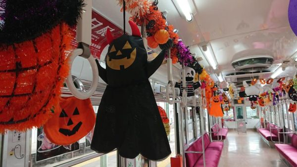 つり革の間にぶら下がるハロウィン人形たち 上毛電気鉄道 ハロウィン電車