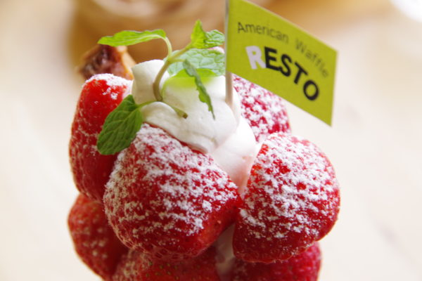 レスト イチゴのプレミアムワッフルパフェ