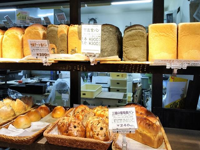 美味しそうなパンであふれる店内 地球屋パン工房 上野原