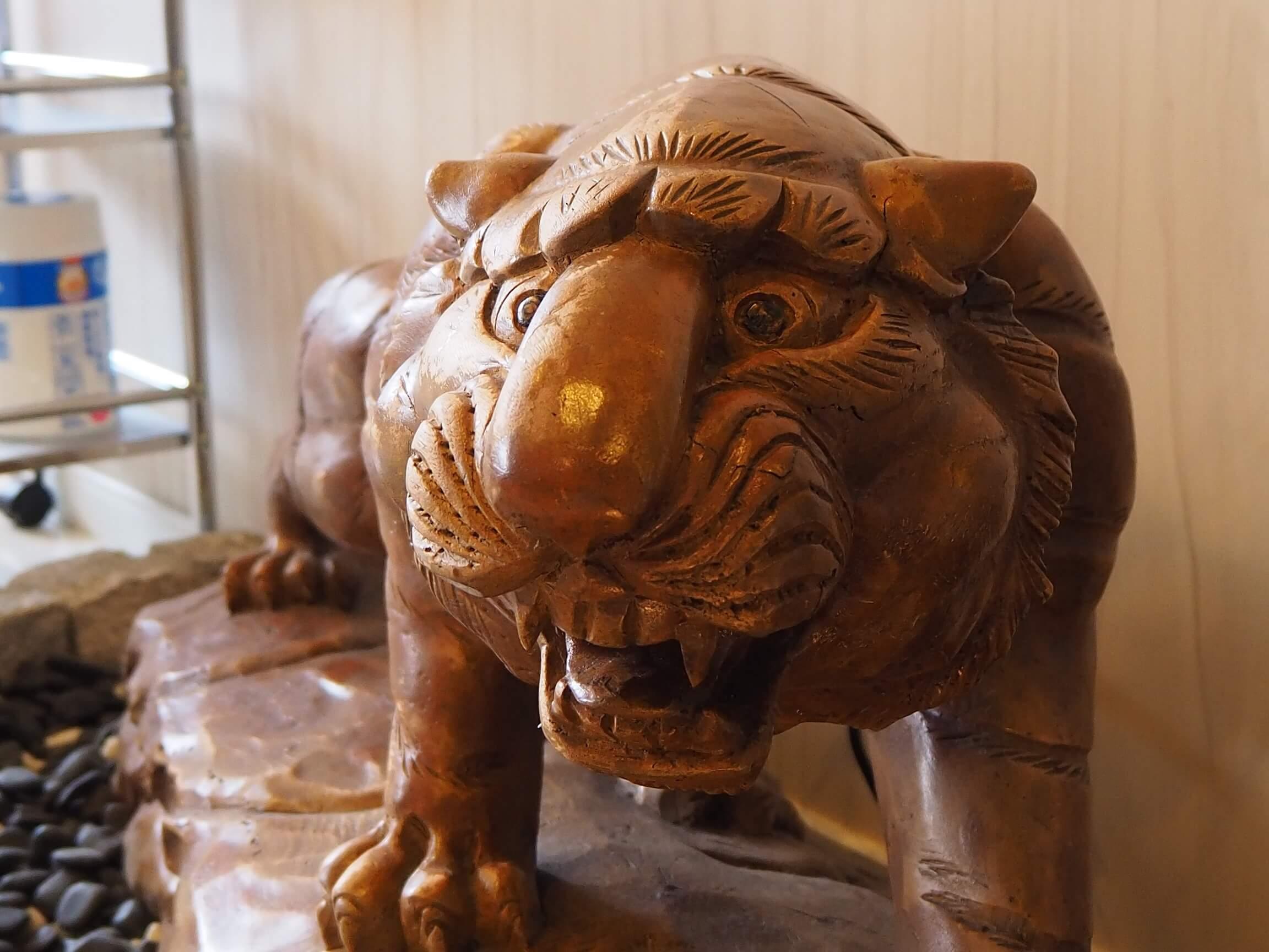 虎屋カフェ 木彫りの虎の置物