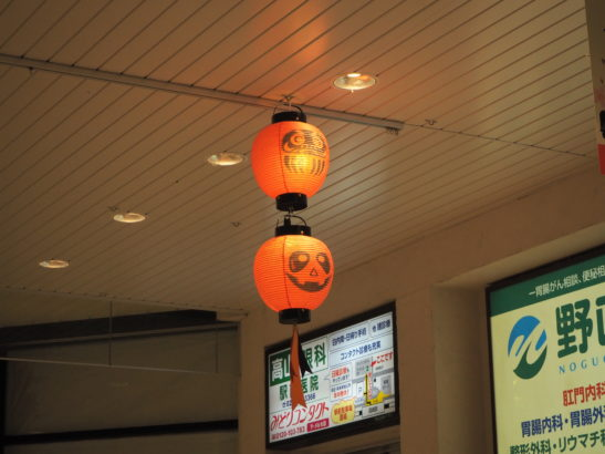 天井からハロウィンカラーであるオレンジ色の提灯 高崎駅 ハロウィン