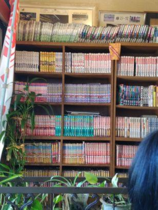 とすかあな 本棚に並ぶ漫画本