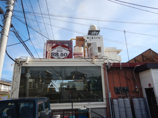 SR-50 まるでレストランが斜めになっているかのよう