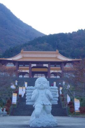 佛光山法水寺 様々な石像が置かれる