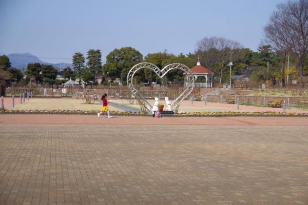 敷島公園門倉テクノばら園 昼のハートのイルミネーションオブジェクト