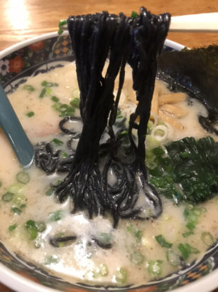 いずみ ラーメン 竹炭麺