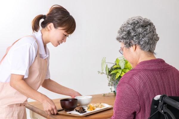 介護求人 高齢者に食事を提供する人