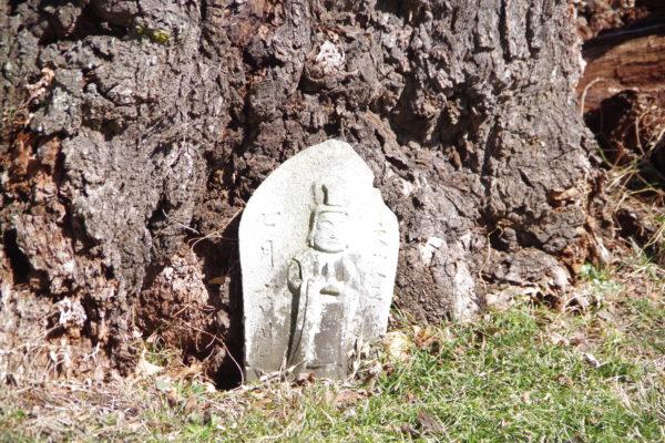謙信のさかさ桜 石仏