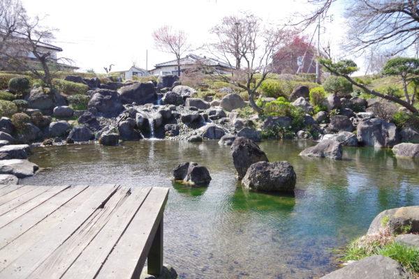 三ツ寺公園 池に注ぐ滝