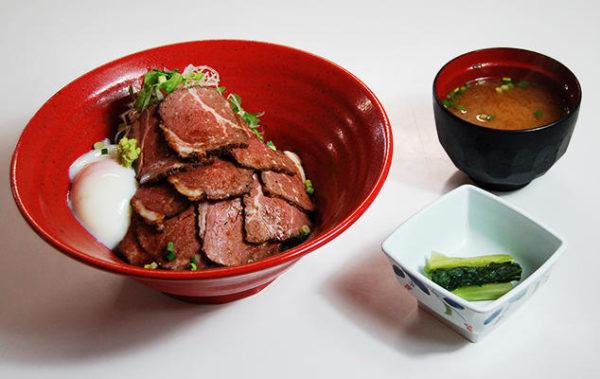 横川サービスエリア上り フードテラス「たびーとキッチン」の温玉付きのローストビーフ丼