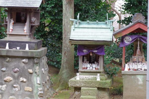 尾曳稲荷神社 飾られたたくさんの狐