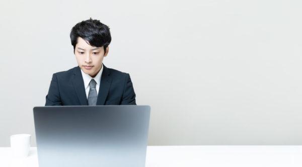 エンジニア転職 PCを使用して仕事をするイメージ