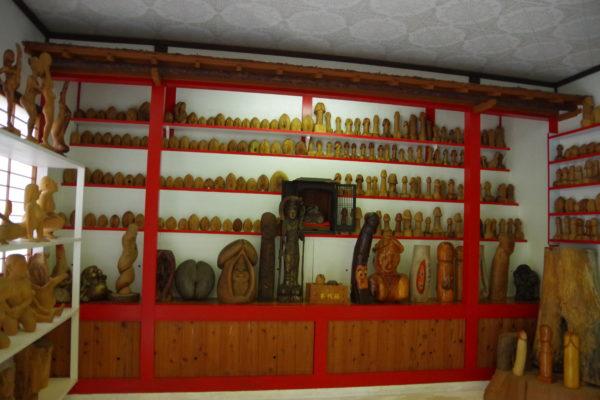 珍宝館 並ぶ展示品置物など