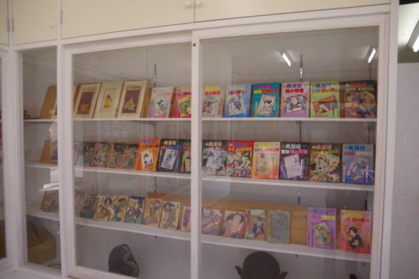 珍宝館 並ぶ展示品書籍など