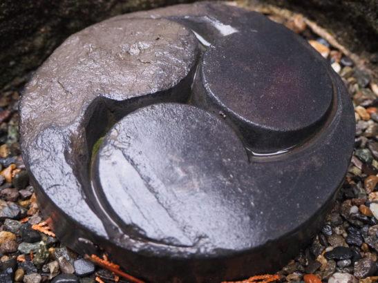 五霊神社 三つ巴の石