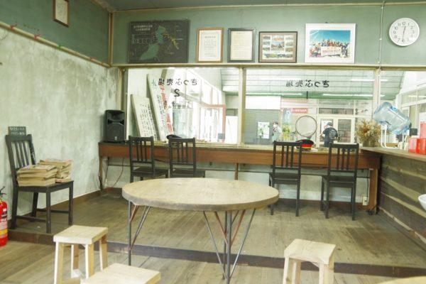 駅茶mogura 店内 テーブル