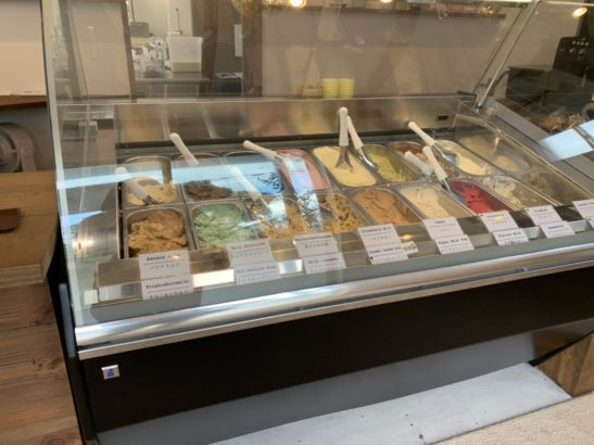 ショーケースに並ぶカラフルなジェラート ジェラート 焼菓子 スプーン