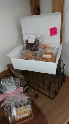 箱に入ったお菓子 ジェラート 焼菓子 スプーン