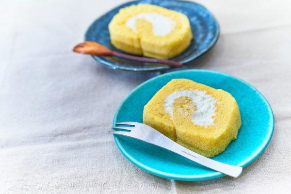 お皿に盛り付けられた生ロールケーキ みよし乃製菓舗 ロールケーキ