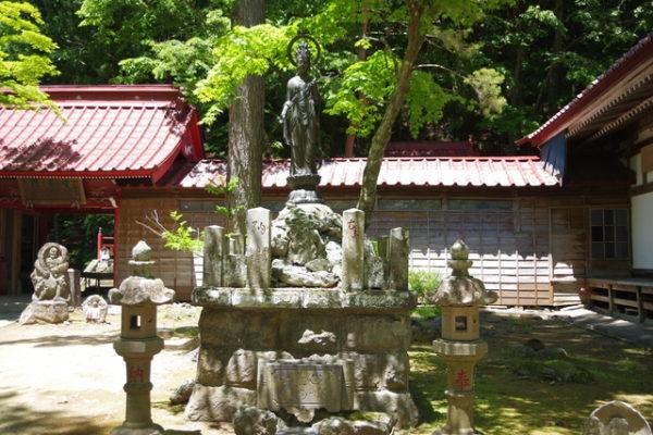 本堂周辺の仏像や石碑 迦葉山 弥勒寺 沼田