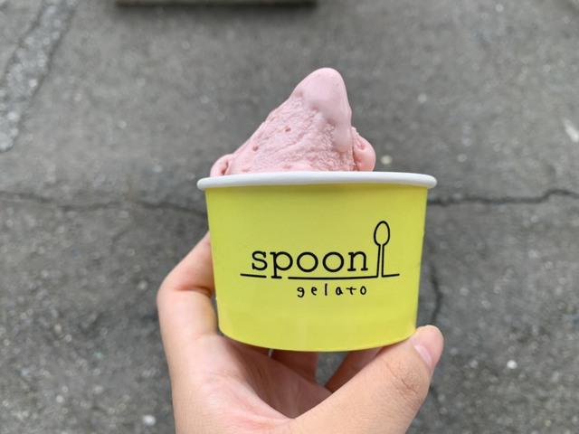 spoonのロゴが入った黄色いカップ ジェラート 焼菓子 スプーン
